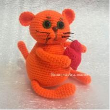 Вязаная игрушка Котик с сердечком