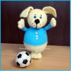 Вязаная игрушка Щенок-футболист