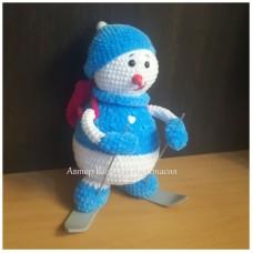 Вязаная игрушка Снеговик-лыжник